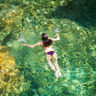 vacaciones alternativas en Gredos chica bañandose