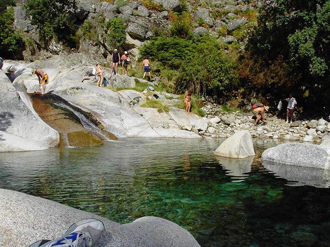 foto vacaciones alternativa naturaleza bañandose en Gredos