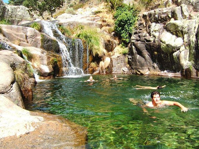 vacaciones alternativa Gredos naturaleza baño poza