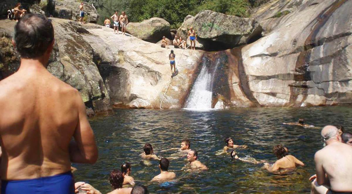 vacaciones alternativas bañandose en el rio